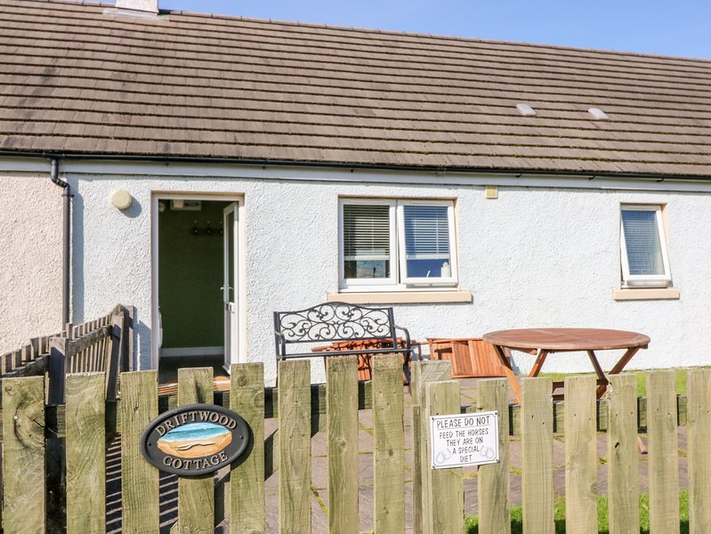 DRIFTWOOD COTTAGE, ground floor, Jacuzzi bath, dogs welcome, stunning views, holiday rental in Isle of Mull
