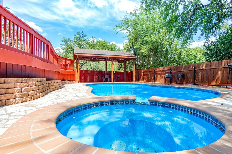 Exclusive residence 5 bedroom 3 bath private pool -  a true gem!, holiday rental in Castle Hills