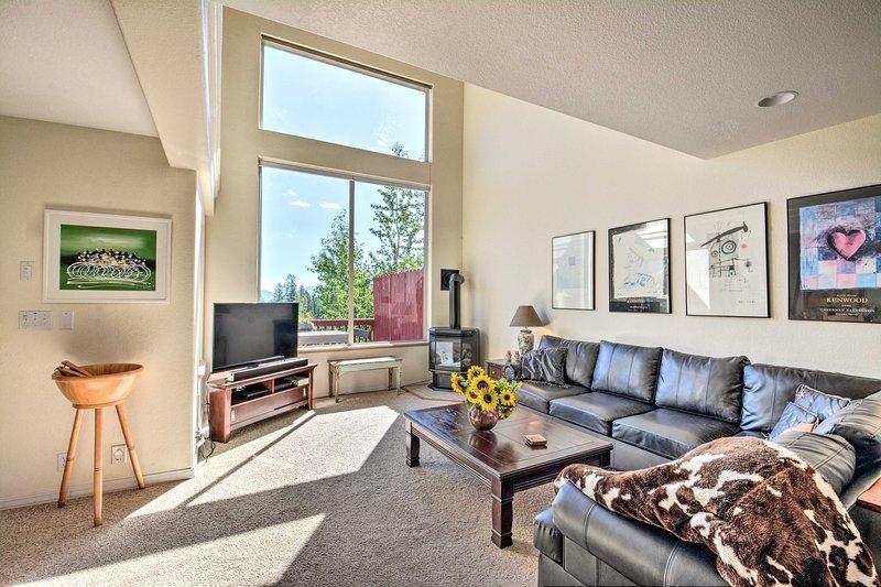 Experimente la comodidad y el lujo en este condominio que se encuentra a minutos de la montaña.
