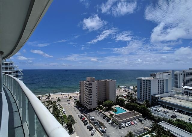 Modern Luxury Beach Hotel Large 2 Bedroom with Views + 4 Private Balconies, alquiler de vacaciones en Fort Lauderdale