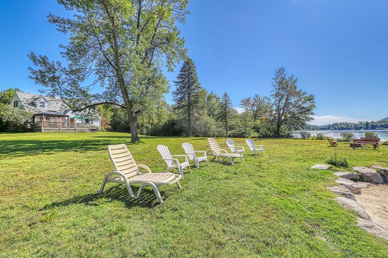 Lakefront house w/ 275 feet of waterfront, enclosed porch, firepit, holiday rental in Brant Lake