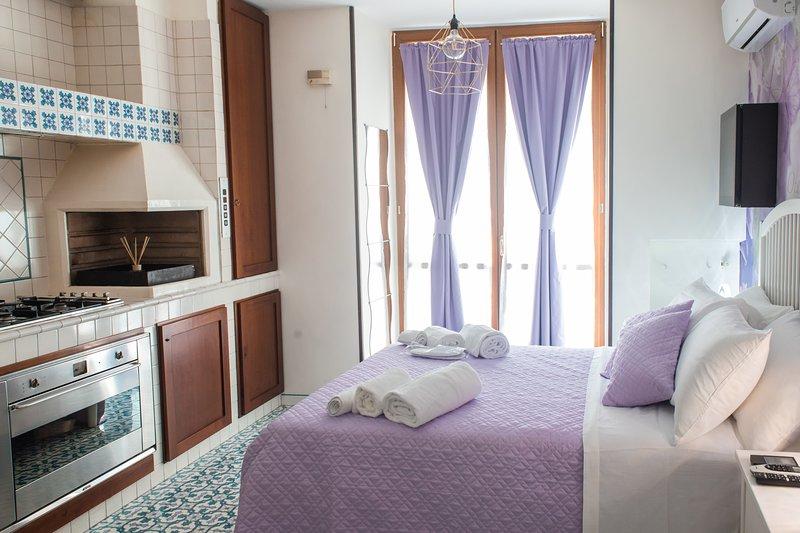 Appartamento matrimoniale e/o singolo,  caratterizzato da colori tenui ed eleganti e di un balcone.