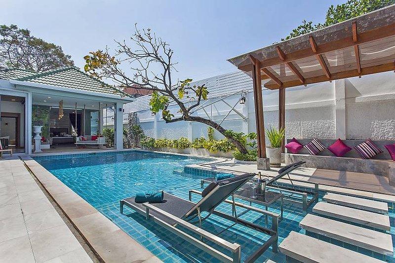 Chill & Chic Villa - 4 Bedroom Stylish & Modern Holiday Rental Pattaya Thailand, aluguéis de temporada em Nong Prue