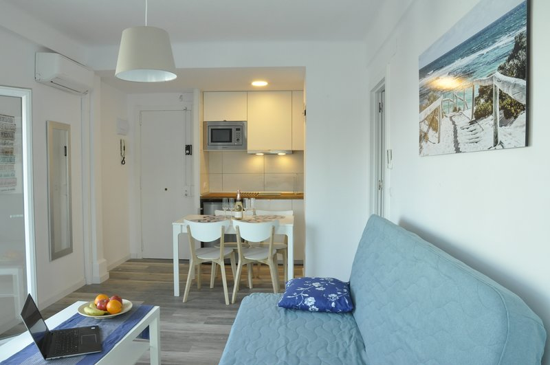 Comfortable beach apartment with charming sea view Booking Genius Logo Square, casa vacanza a Palafolls