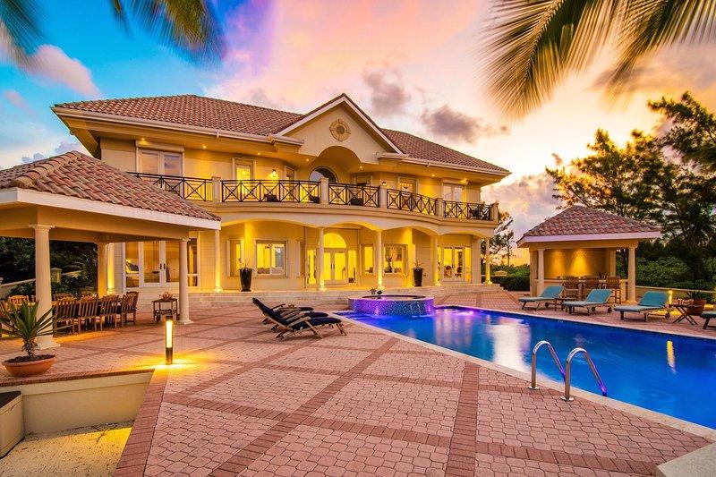 Los tonos del atardecer iluminan la belleza que es Blue Water Villa.