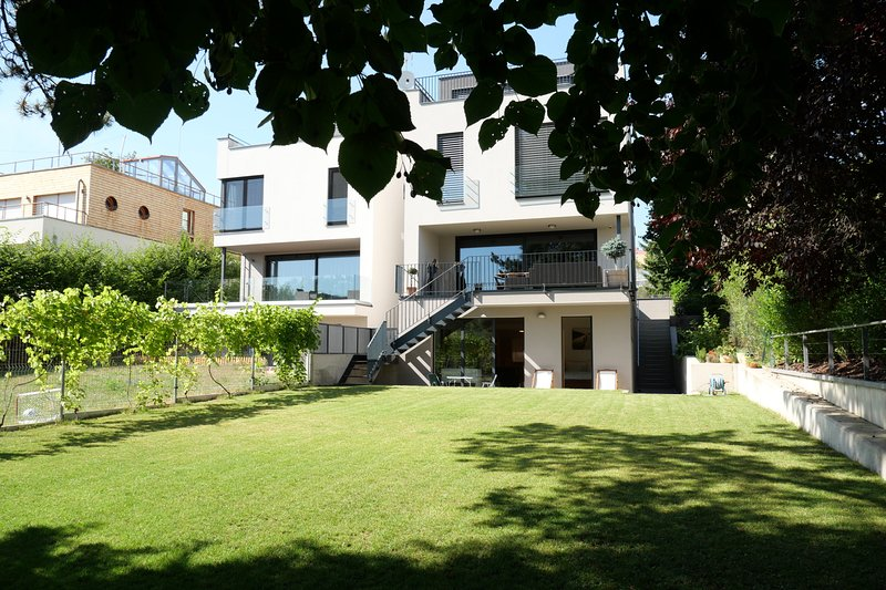 Garden apartment near Prague Botanical Garden, ZOO and Troja Castle, holiday rental in Roztoky
