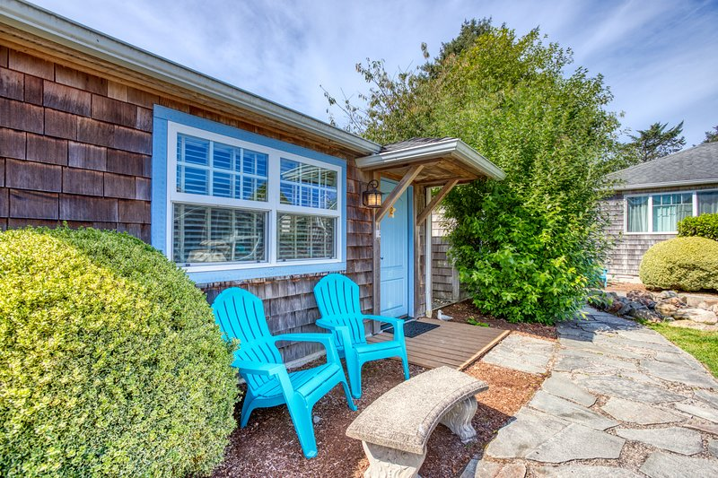 Colorful, dog-friendly cottage near beach & downtown await!, location de vacances à Cannon Beach
