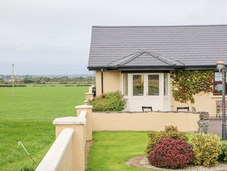 ARAS UI DHUILL, pet friendly, country holiday cottage, with a garden in, holiday rental in Listowel
