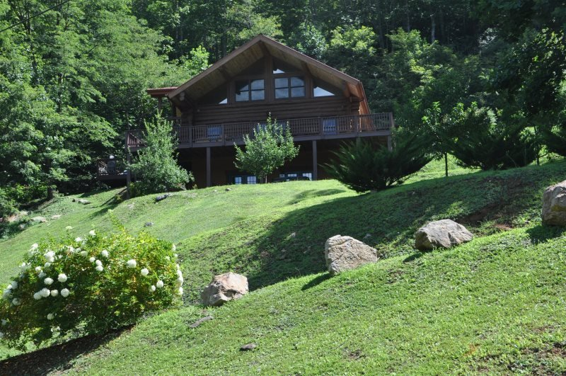 Red Lantern Lodge - Gorgeous Real Log Cabin with Pool Table - Minutes from Fishi, location de vacances à Jackson County