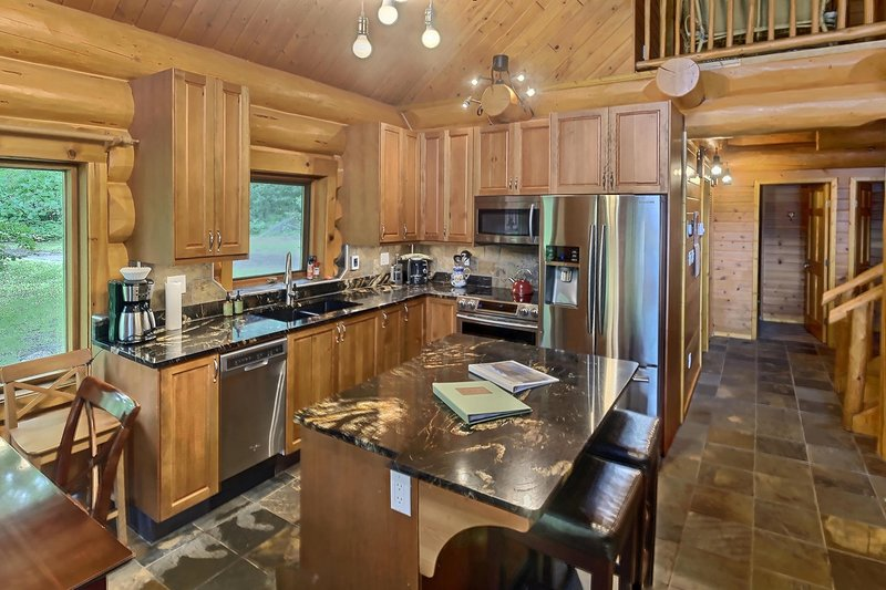 Lakeside Mountain Chalet- Loon's Call, holiday rental in Gold Bridge