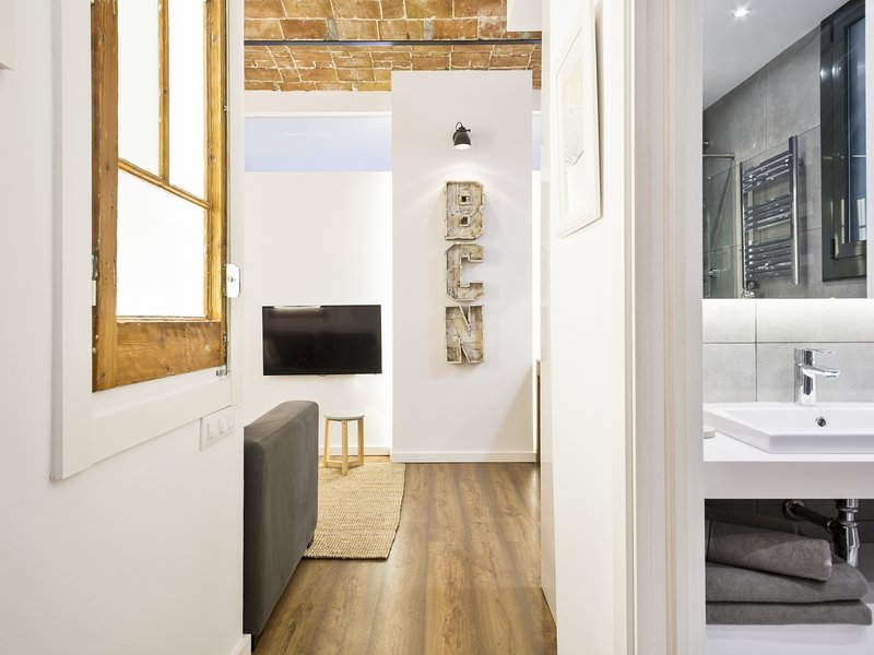 Brand New 2 Bedroom Apartment In Trendy Poble Sec, 10 Minutes From Ramblas, Ferienwohnung in Barcelona