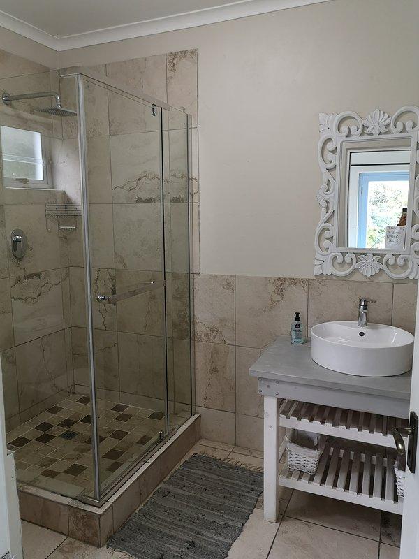 En suite bathroom for 2nd bedroom