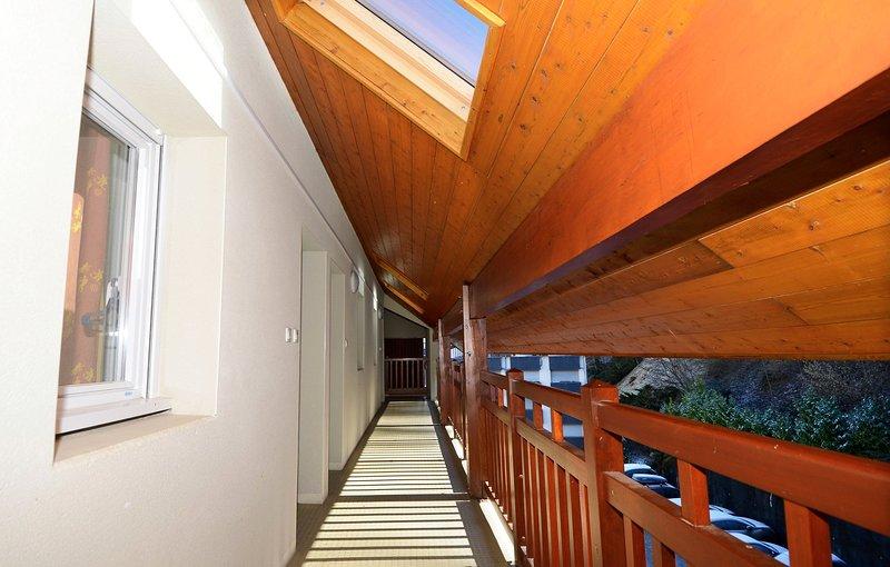 Disfrutarás de la clásica decoración en madera.