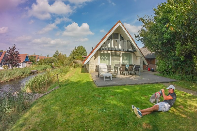 6 pers house with sunny terrace at a typical dutch canal by Lauwersmeer lake, Ferienwohnung in Anjum
