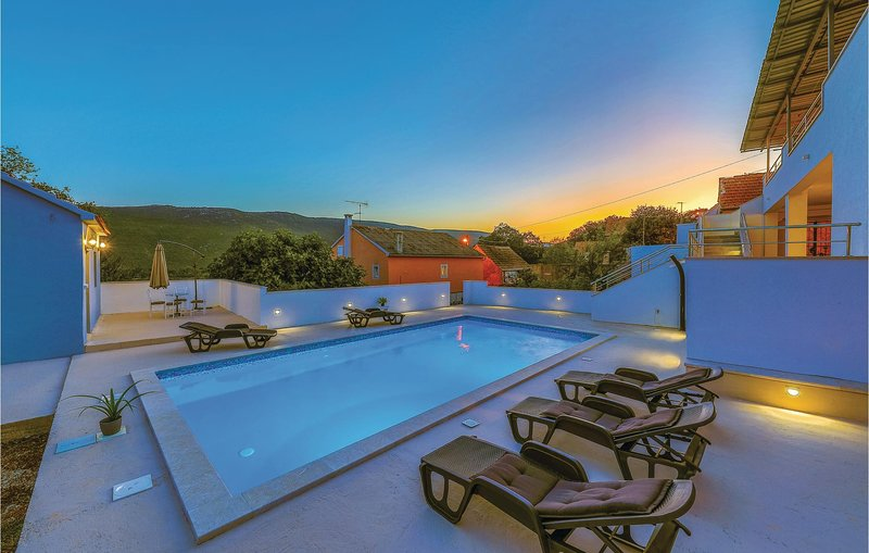 Stunning home in Primorski Dolac with WiFi and 4 Bedrooms (CDT741), location de vacances à Prapatnica