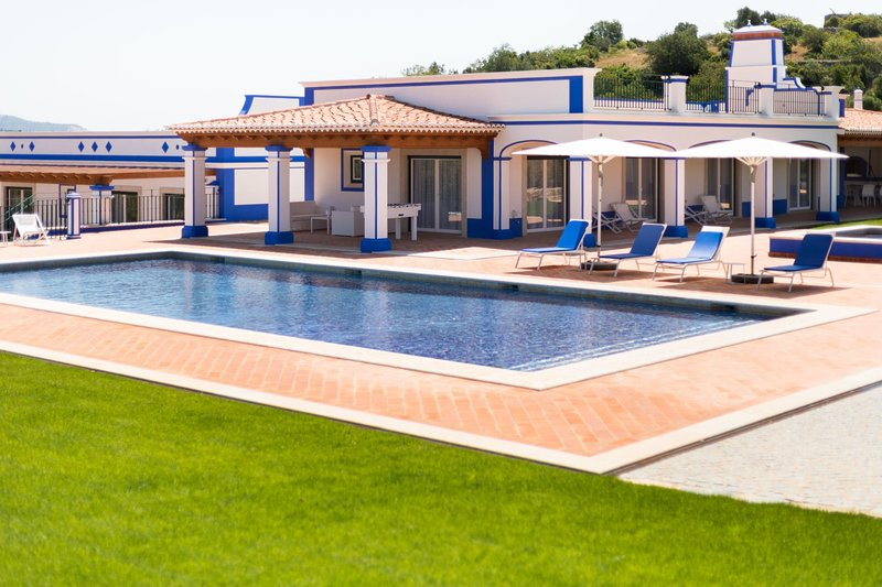 Aroal Villa Sleeps 6 with Pool Air Con and WiFi - 5813005, holiday rental in Cerca Velha