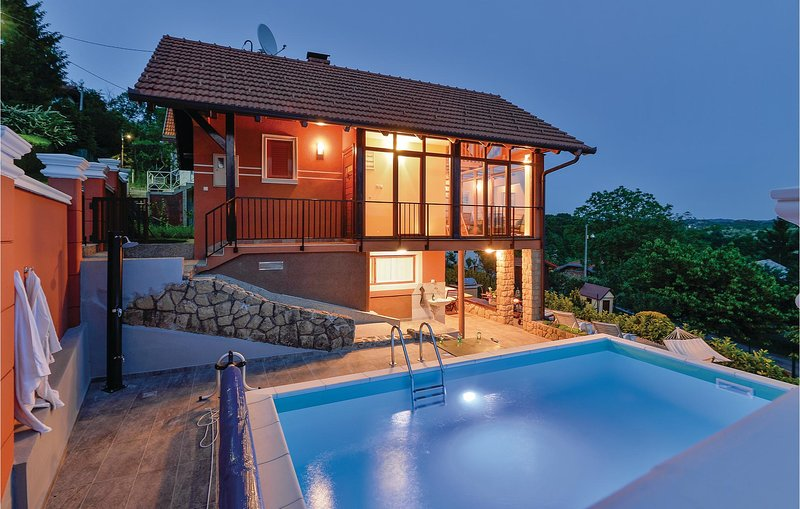 Amazing home in Toplicica with Outdoor swimming pool, WiFi and Outdoor swimming, location de vacances à Sveti Martin