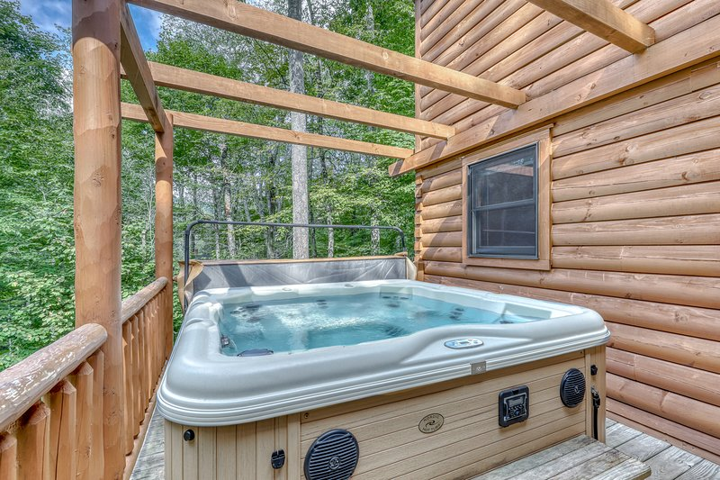 Luxury cabin w/vaulted ceilings, covered deck and private hot tub!, alquiler de vacaciones en Sugar Mountain