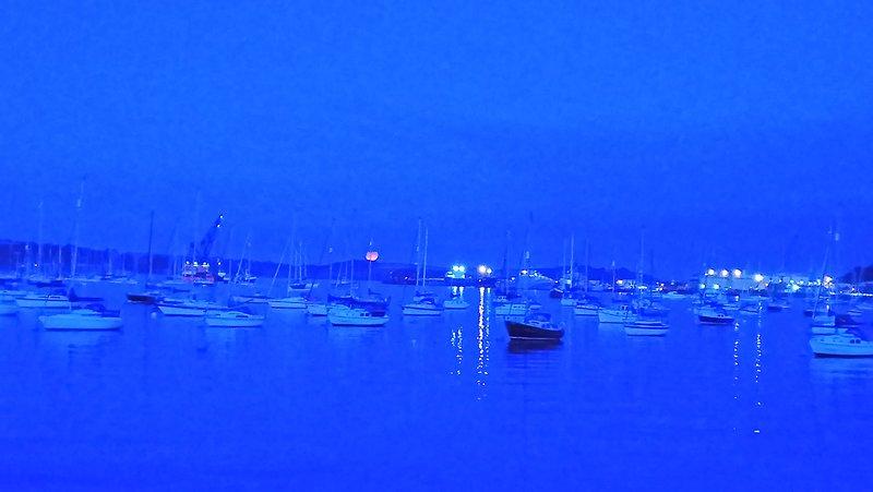 La lune de récolte à Falmouth. Asseyez-vous le soir et profitez de la vue depuis le pub Working Boat.
