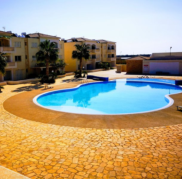 2 bedroom apartment overlooking pool and sea views, holiday rental in Mandria