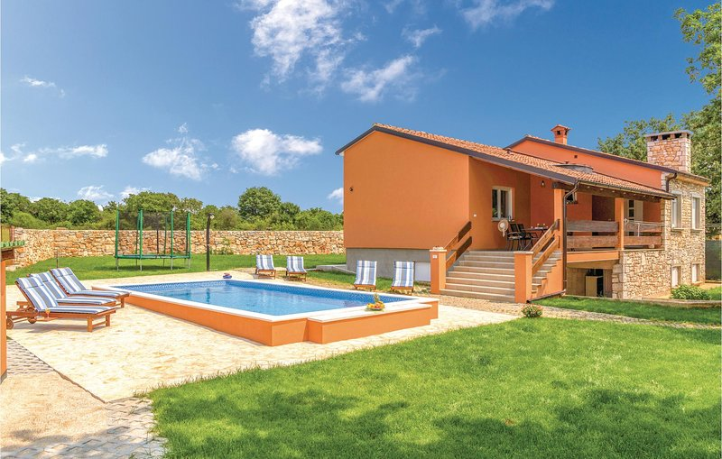 Amazing home in Vodnjan with WiFi, 3 Bedrooms and Outdoor swimming pool (CIC975), holiday rental in Vodnjan