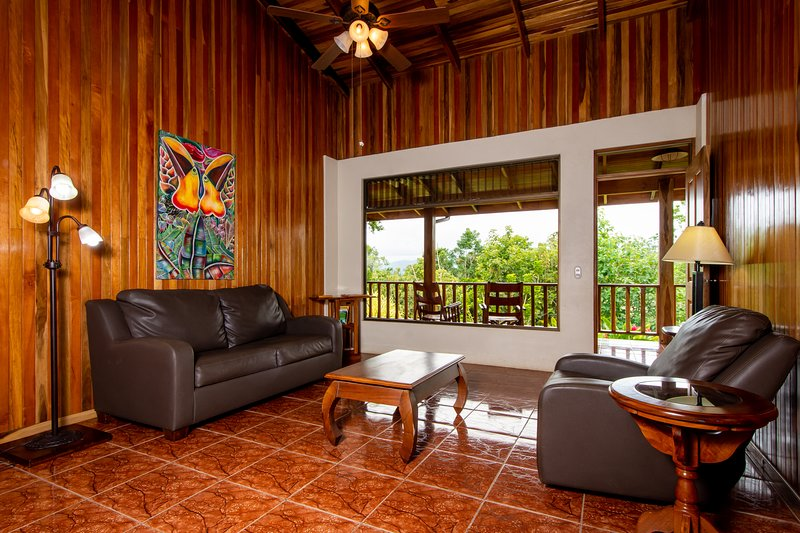 Hummingbird Hacienda Rainforest Retreat, holiday rental in San Carlos