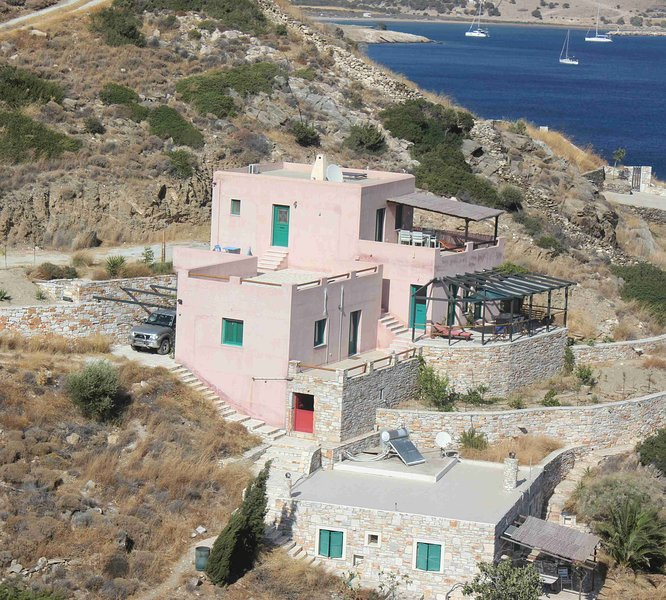 Naxos Edge Retreat. Cyclades Coast seafront Villa. Silence is luxury., holiday rental in Ano Koufonissia