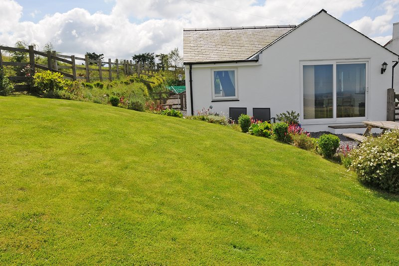 Character cottage in rural location with rustic charm and amazing views, holiday rental in Clynnogfawr