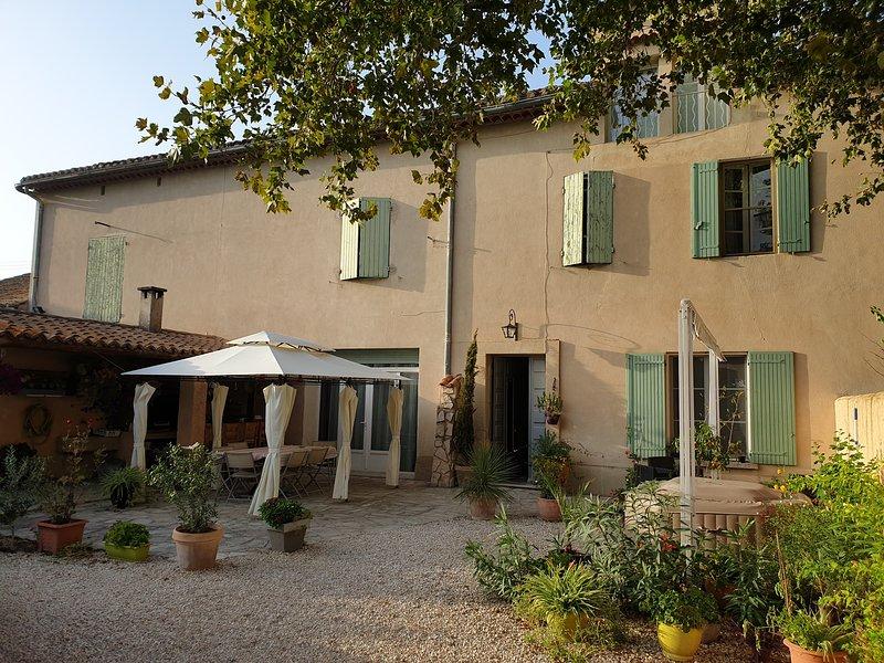 Beau Mas Provençal 3 chambres avec piscine et jacuzzi - prix annoncé pour 1 chbr, holiday rental in Cavaillon