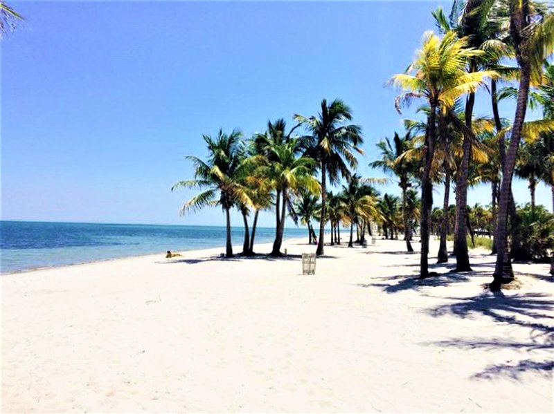 Minutes to Beach Two Bedroom with Pool -, casa vacanza a Key Biscayne
