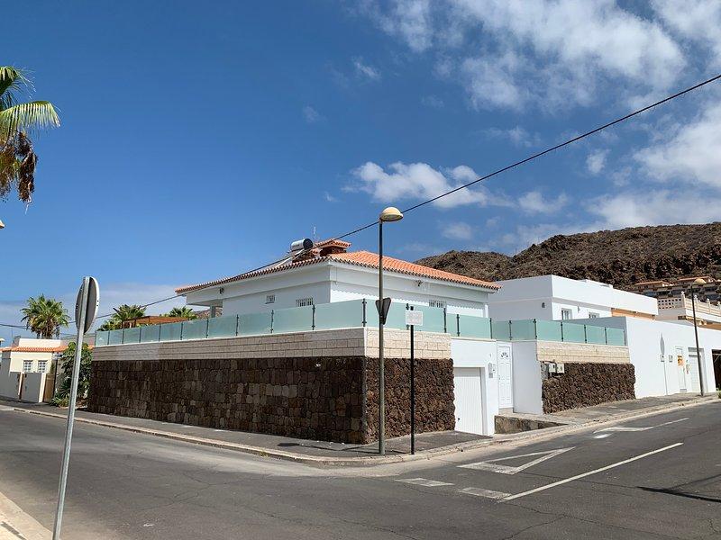LUXURIOUS VILLA 5* - 300M2 - PRIVATE HEATED POOL - WiFi - GARAGE, location de vacances à Palm-Mar