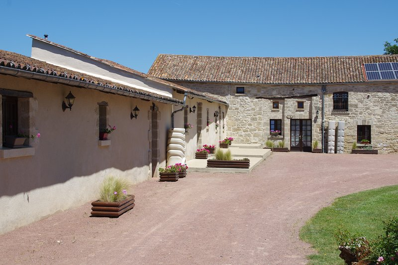 Anjou - Charming Converted Barn, holiday rental in Deneze-sous-Doue