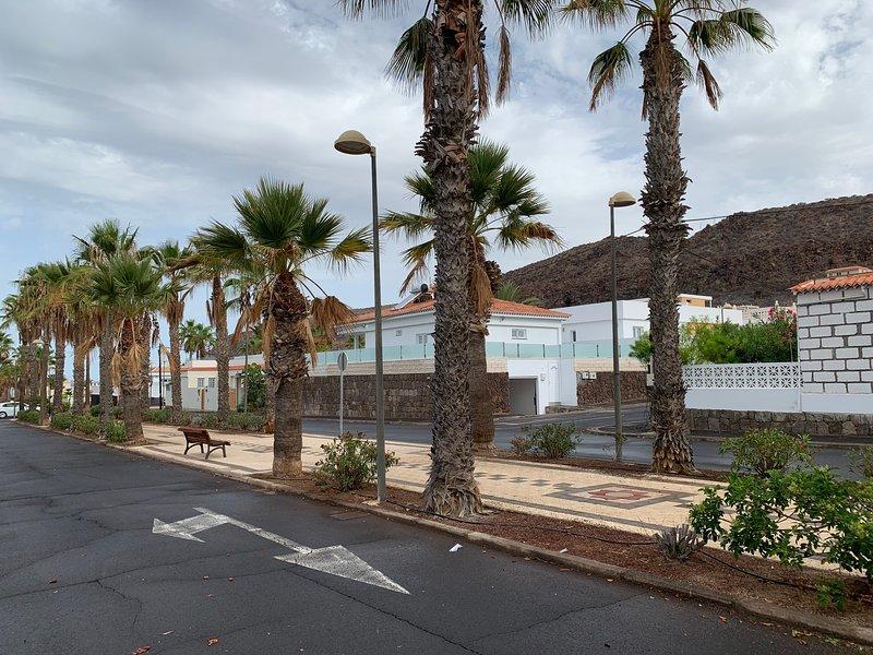 """Vista al bungalow desde la Avenida """"Las Ramblas"""". A la izquierda se ve el océano."""
