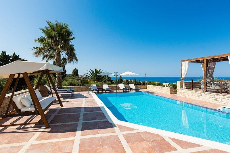 La terrazza della piscina regala splendide viste sul mare.