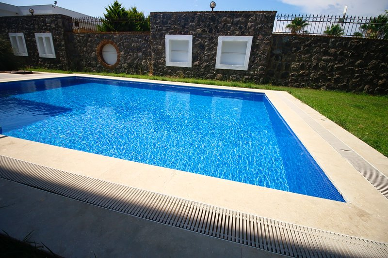 Bodrum Torba Villa With Private swimming Pool and Garden For Summer Rent, vacation rental in Torba