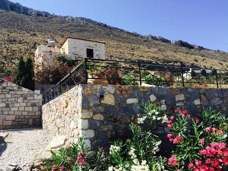 Villa Apo Petra, EOT approved, holiday rental in Drapanos