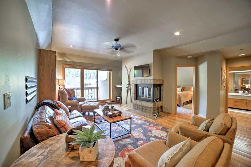 Te encantará la decoración interior rústica pero pulida de este espacioso condominio de esquí.