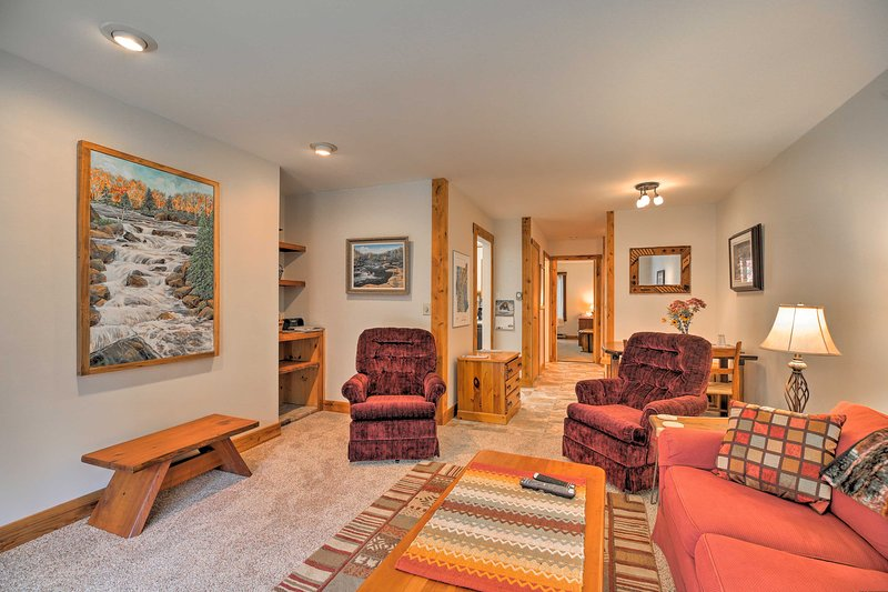Condo Directly on Ski Shuttle, Walk to Mad River!, holiday rental in Northfield
