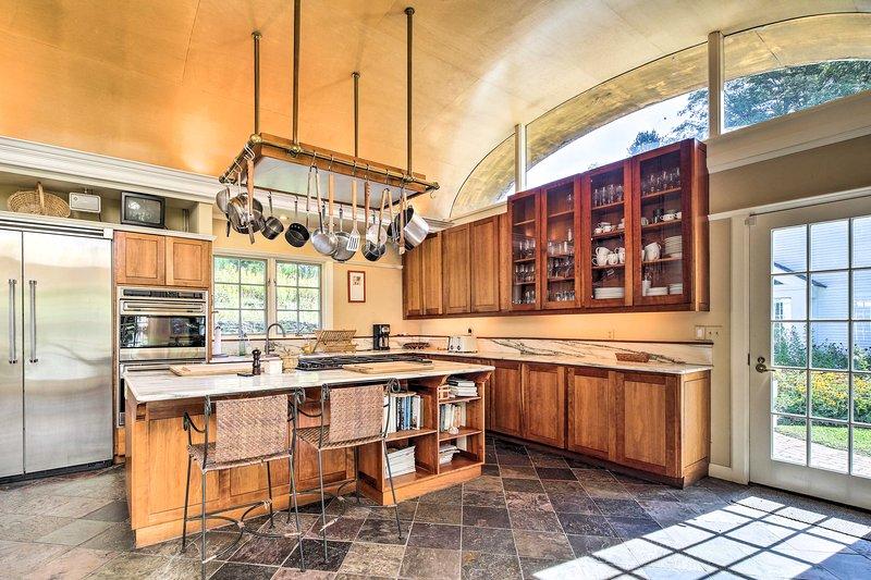 Esta clásica casa de estilo Cape Cod cuenta con nuevas incorporaciones y comodidades modernas.