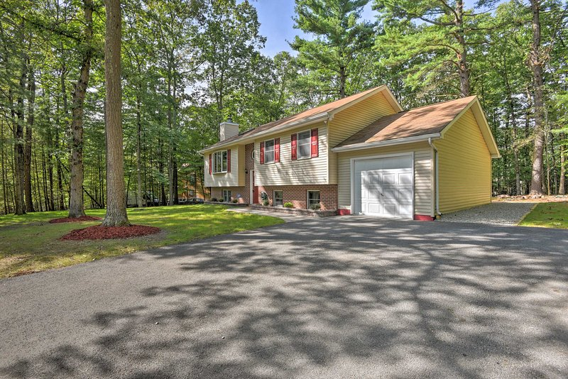 Poconos Home w/ Game Room-10 Mi to Camelback!, holiday rental in Saylorsburg