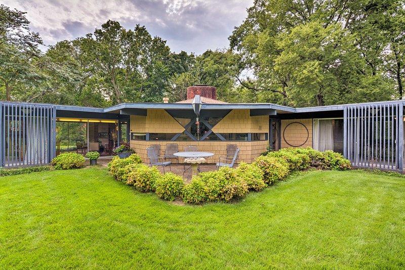 Vieni a visitare Bartlesville, OK con un soggiorno in questa casa progettata da Bruce Goff.