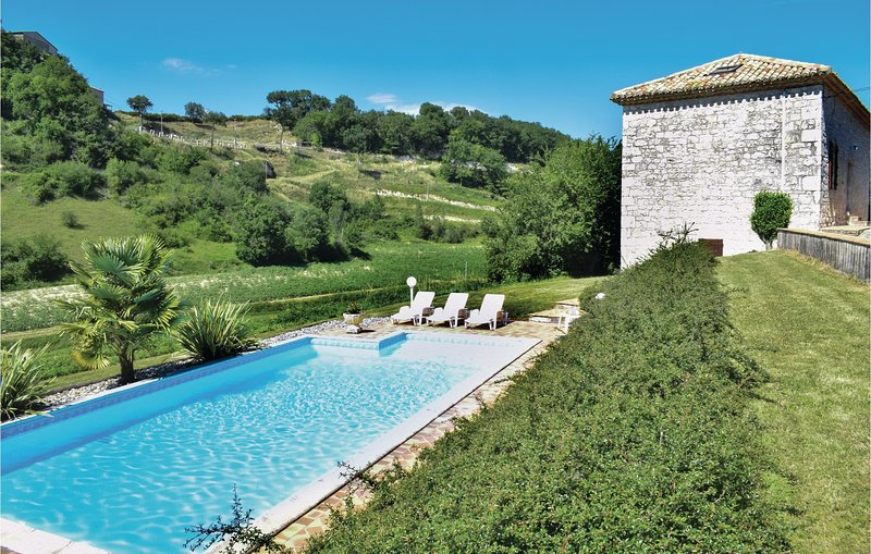 Nice home in Engayrac with Outdoor swimming pool and 5 Bedrooms (FAT058), location de vacances à Bourg-de-Visa
