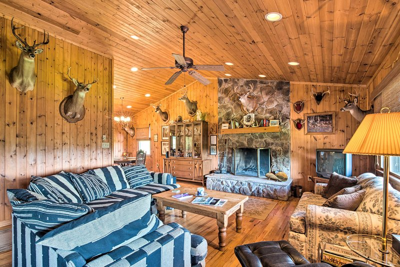 Authentic Cabin w/Fire Pit, 11Mi to Trout Fishing!, location de vacances à Monterey