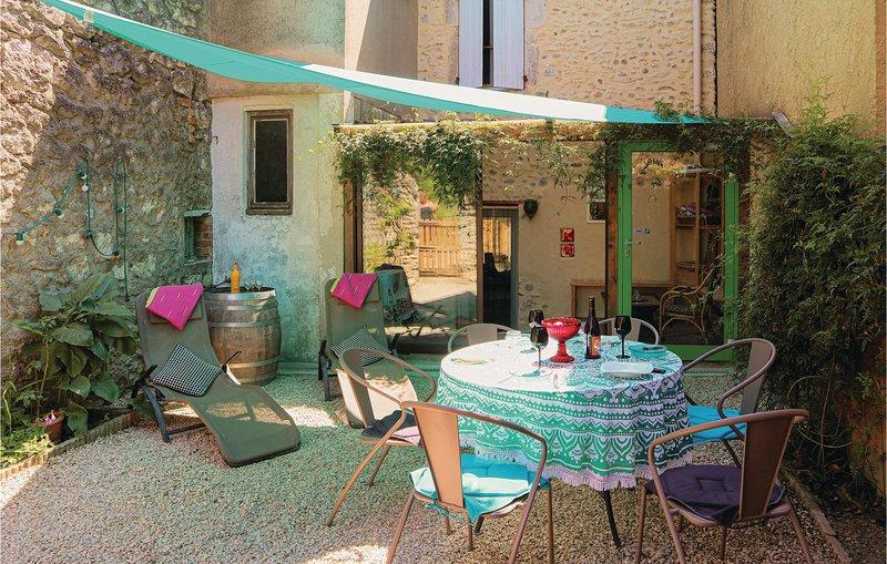 Amazing home in Saint Martin d'Ardeche with 2 Bedrooms (FRA150), alquiler vacacional en St Just d'Ardeche