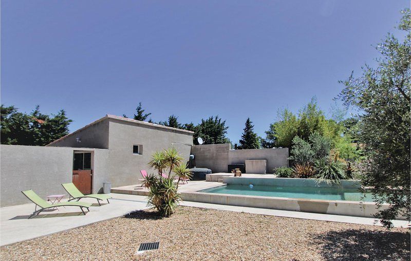 Stunning home in Montfavet with Outdoor swimming pool and 3 Bedrooms (FPV653), Ferienwohnung in Montfavet