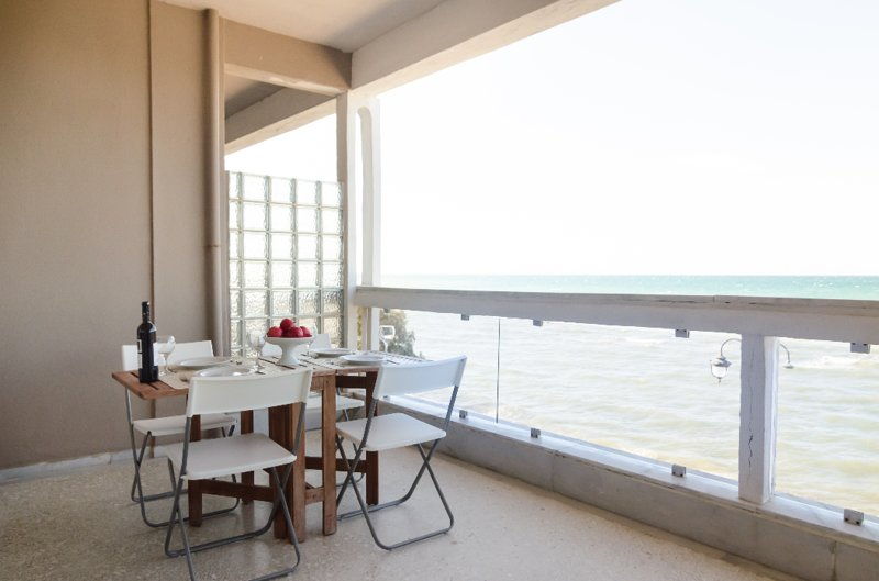 Metaxa seafront apartment Peraia, location de vacances à Aggelochori