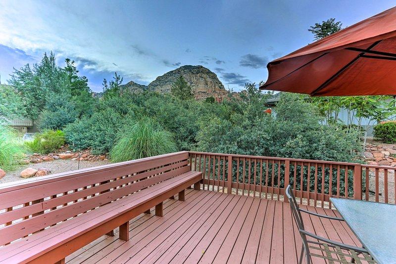 Disfrute de las vistas de la roca desde la cubierta trasera.