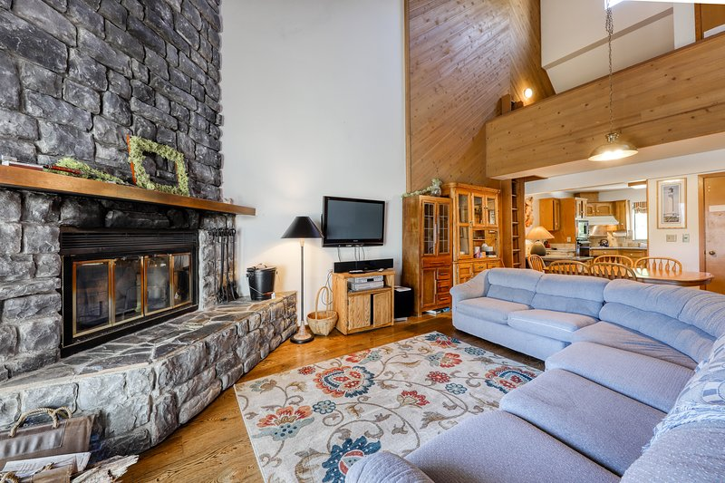 Lakeview home with wood-burning fireplace - dogs OK!, casa vacanza a Huntington Lake