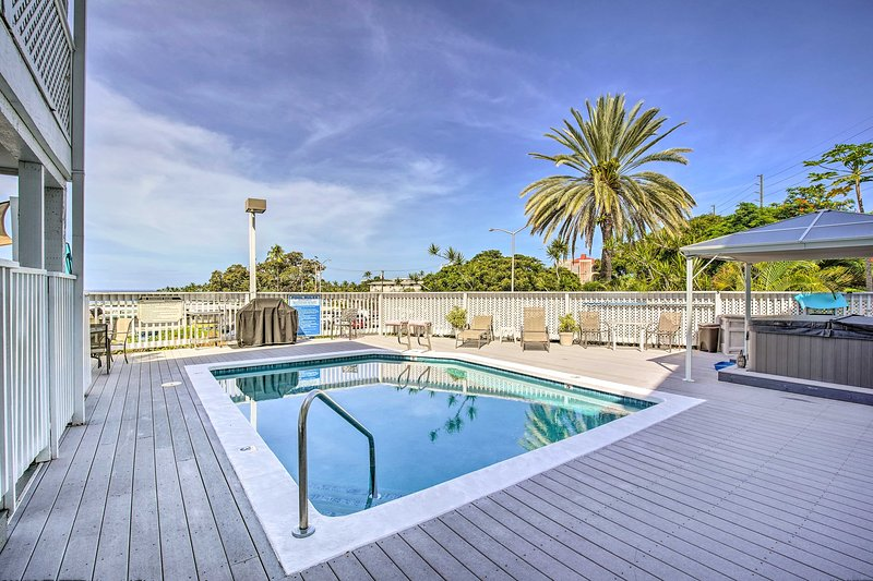 ¡Una piscina compartida y una bañera de hidromasaje son solo algunas de las ventajas que se ofrecen en este condominio de Kona!