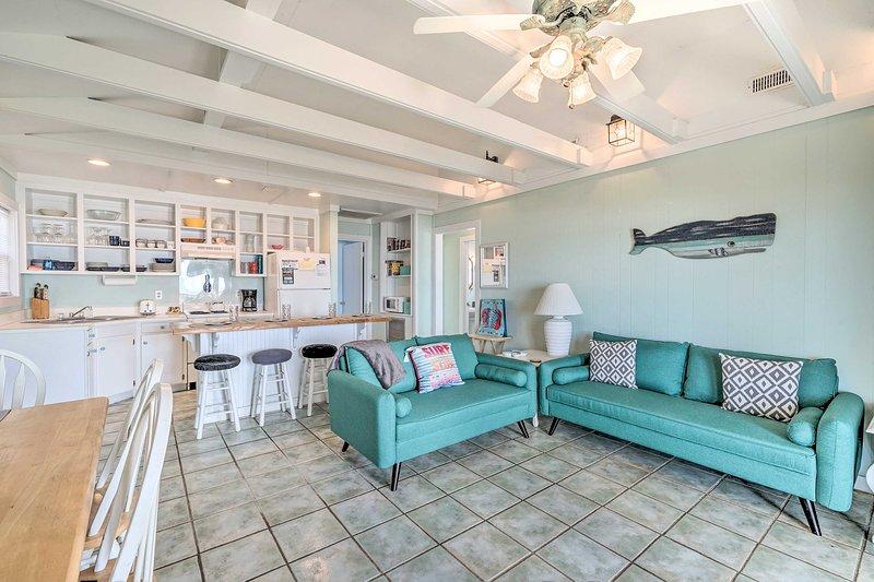 Esta casa de playa de Emerald Isle ofrece un interior amueblado con buen gusto para 6.